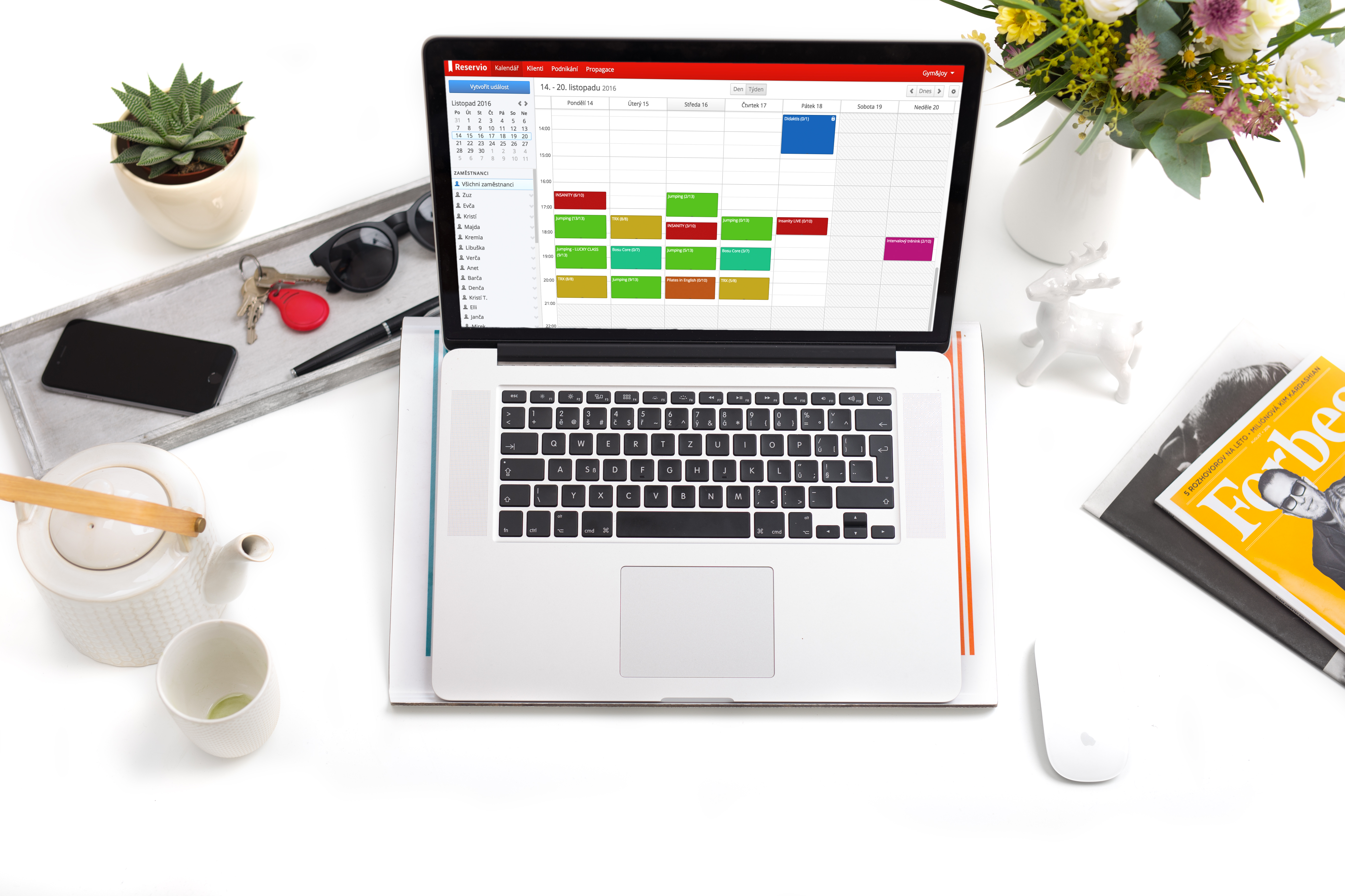 Reservio screenshot: Keep track of appointments in an elegant drag-and-drop calendar