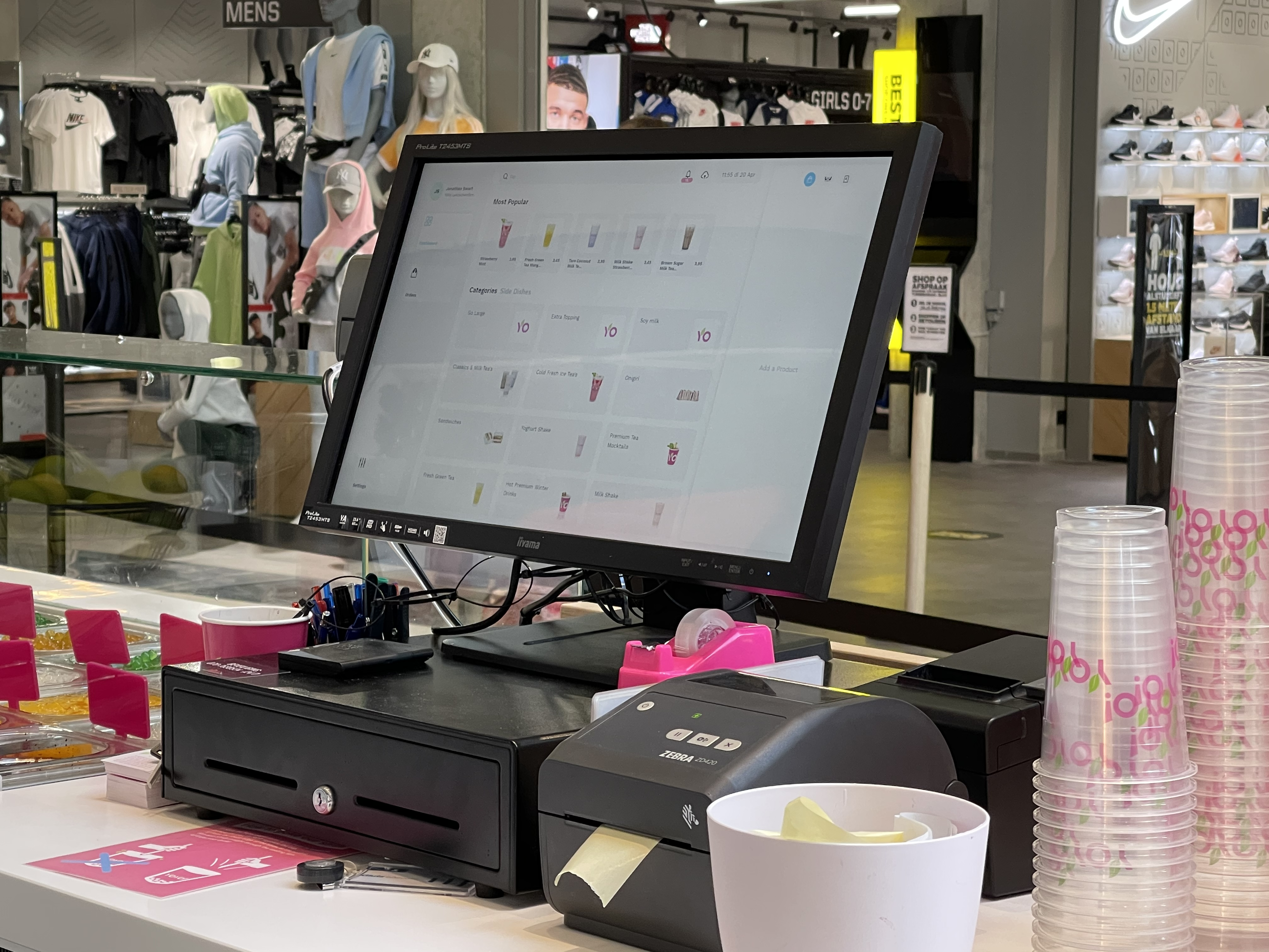 All the hardware & software you need to run your restaurant: POS Cash Register, Receipt and Sticker Printers, Order Status Displays, Kitchen Display System, Self-Service Kiosks, PIN terminals, and QR scanners. All connected to Eatcard's intuitive platform